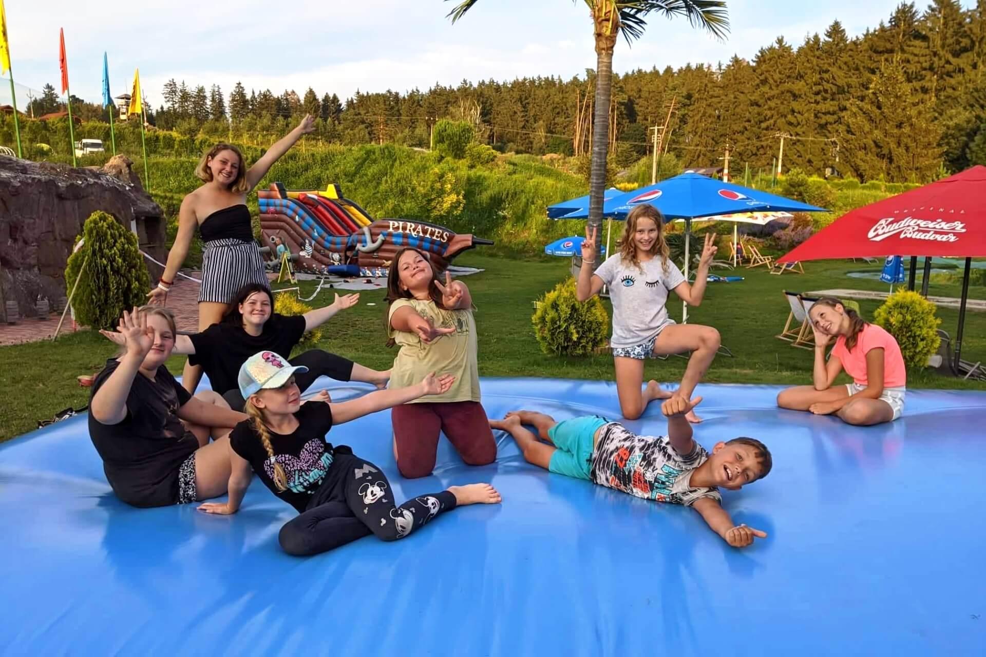 mega_trampolina_aqapark_sikluv_mlyn